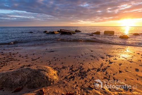 Piękny wschód słońca nad morzem Bałtyckim