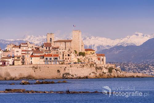 Antibes to miasto, w którym żył i tworzył Picasso. Wieża widoczna na zdjęciu należy do zamku, w którym znajduje się muzeum artysty. Ale Antibes to również piękne miasteczko na Lazurowym Wybrzeżu, które zapewnia widok na ośnieżone Alpy i na morze jednocześnie.