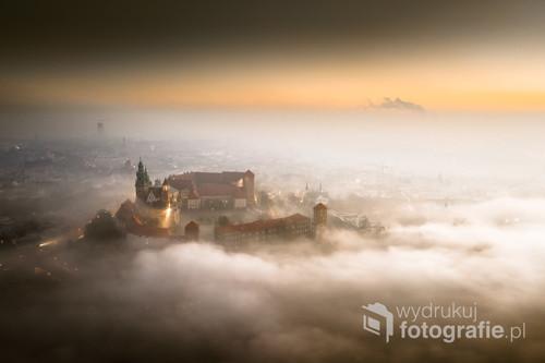 Wawel unoszący się na chmurze. Obrazek iście baśniowy... Takie cuda uchwyciliśmy o wschodzie słońca. Smog dusił i drapał w gardło. Nisko wszystko wydawało się zasnute mgłą, ale to co dron zobaczył wysoko nad głowami... Po prostu czysta magia :)  Może trochę smogowa jak to w Krakowie ale jednak magia ;)