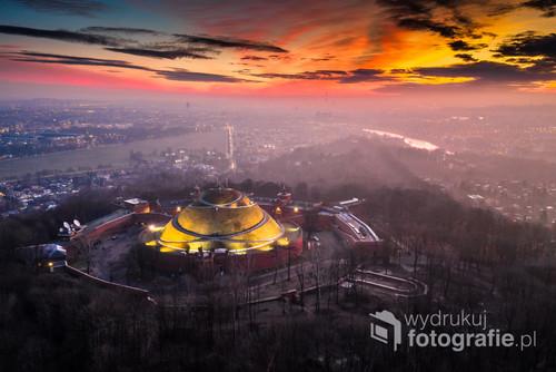 Wyjątkowy wschód słońca nad Krakowem. Niebo sprawiało wrażenie namalowanego przez jednego z mistrzów impresjonistycznego malarstwa!  Na pierwszym planie Kopiec Kościuszki, na drugim dumnie wyzierają spod smogu m.in. Błonia i Wawel