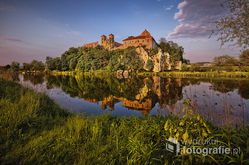 The Tyniec Abbey is the oldest of existing monasteries in Poland. The abbey, located on the limestone Hill on the Vistula, was most probably founded by Kazimierz I the Restorer in 1044. A beautiful Gothic building was photographed just before sunset ...
