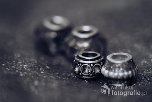 Fotografia srebrnej biżuterii.