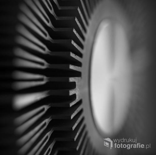 Zdjęcie jest efektem poszukiwania interesujących form i faktur oraz grą światła na przedmiocie..Wykonane techniką makro.Fotografia ładnie komponuje się w pomieszczeniu o nowoczesnym wystroju. Polecane przez redakcję Foto-Kuriera.