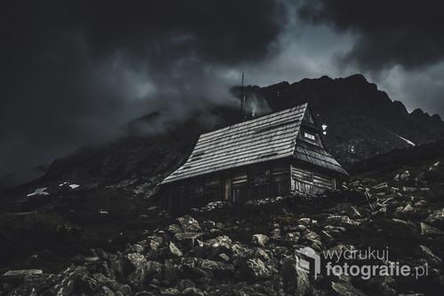 Opuszczony budynek na szlaku do Doliny Pięciu Stawów w Tatrach.