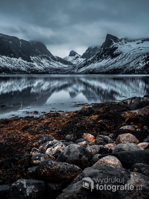 Norweskie fiordy w odbiciu wodnym, wyspa Senja