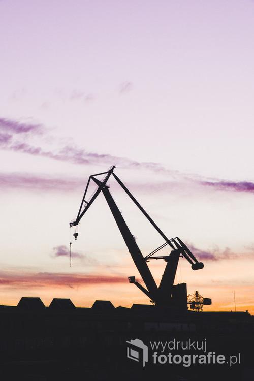 Zdjęcie dźwigu w Gdańskim Porcie o zachodzie słońca
