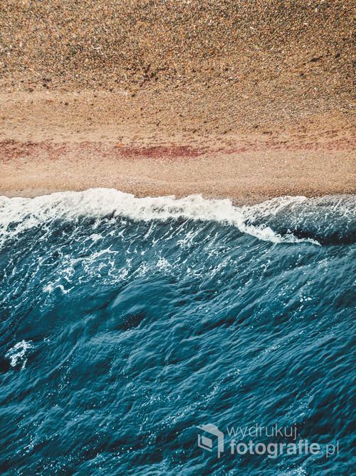Zdjęcie wykonane w Parku Narodowym Jasmund na wyspie Rugii w Niemczech. Minimalistyczne przedstawienie plaży.