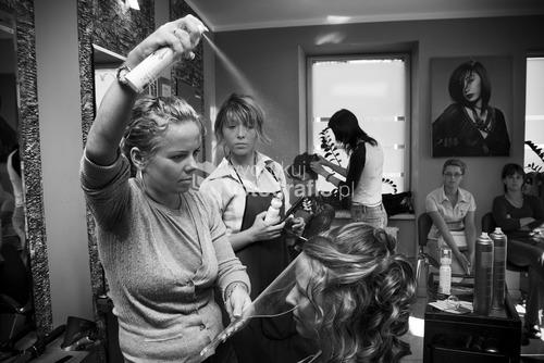 Zdjęcia wyróżnione  w Wielkim Konkursie National Geographic 2009 - kategoria reportaż. Organizacja ceremonii ślubnej na przestrzeni ostatnich lat uległa zmianie. Dawniej ślub i wesele organizowała najbliższa rodzina pasry młodej. Dziś coraz częściej wzorem europy zachodniej i Stanów Zjednoczonych role te przejmują profesjonale firmy wyspecjalizowane w przygotowaniach ceremoni ślubnej. Salon fryzjerski Niemodlin.