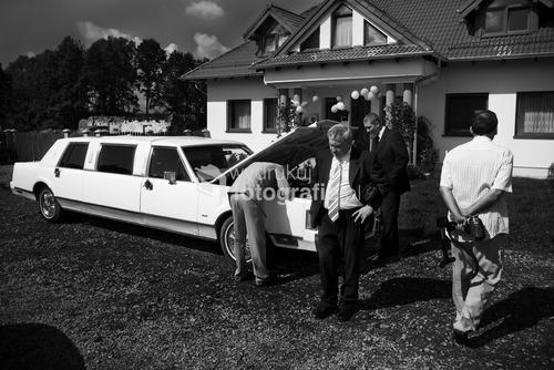 Zdjęcia wyróżnione  w Wielkim Konkursie National Geographic 2009 - kategoria reportaż. Organizacja ceremonii ślubnej na przestrzeni ostatnich lat uległa zmianie. Dawniej ślub i wesele organizowała najbliższa rodzina pasry młodej. Dziś coraz częściej wzorem europy zachodniej i Stanów Zjednoczonych role te przejmują profesjonale firmy wyspecjalizowane w przygotowaniach ceremonii ślubnej. Trzebiszyn