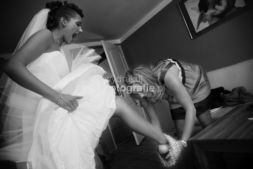 Zdjęcia wyróżnione  w Wielkim Konkursie National Geographic 2009 - kategoria reportaż. Organizacja ceremonii ślubnej na przestrzeni ostatnich lat uległa zmianie. Dawniej ślub i wesele organizowała najbliższa rodzina pasry młodej. Dziś coraz częściej wzorem europy zachodniej i Stanów Zjednoczonych role te przejmują profesjonale firmy wyspecjalizowane w przygotowaniach ceremoni ślubnej. Goworowice