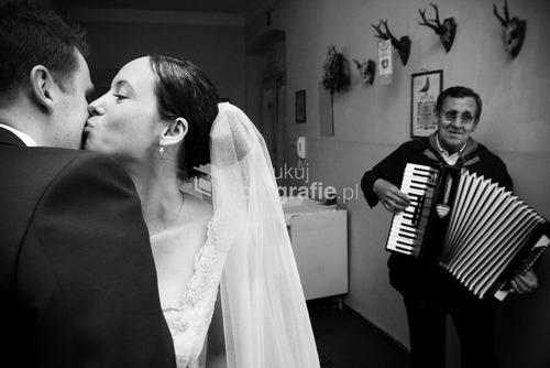 Zdjęcia wyróżnione  w Wielkim Konkursie National Geographic 2009 - kategoria reportaż. Organizacja ceremonii ślubnej na przestrzeni ostatnich lat uległa zmianie. Dawniej ślub i wesele organizowała najbliższa rodzina pasry młodej. Dziś coraz częściej wzorem europy zachodniej i Stanów Zjednoczonych role te przejmują profesjonale firmy wyspecjalizowane w przygotowaniach ceremoni ślubnej. Opole