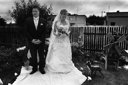 Zdjęcia wyróżnione  w Wielkim Konkursie National Geographic 2009 - kategoria reportaż. Organizacja ceremonii ślubnej na przestrzeni ostatnich lat uległa zmianie. Dawniej ślub i wesele organizowała najbliższa rodzina pasry młodej. Dziś coraz częściej wzorem europy zachodniej i Stanów Zjednoczonych role te przejmują profesjonale firmy wyspecjalizowane w przygotowaniach ceremoni ślubnej. Kup