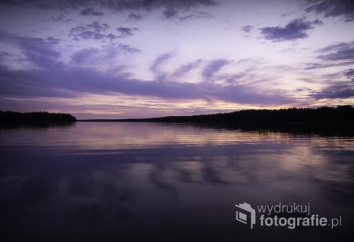 Zdjęcie zostało wykonane w okolicach Augustowa. Piękny zachód słońca zaskoczył mnie w czasie jazdy samochodem i zmusił do zatrzymania się i sięgnięcia po aparat.