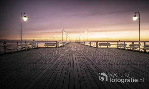 Zdjęcie przedstawia najczęściej fotografowane miejsce w Gdyni - molo w nadmorskiej dzielnicy, Orłowie.