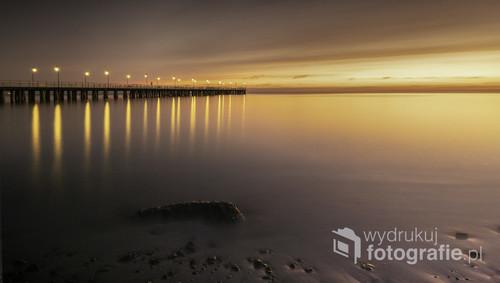 Scena przedstawia widok na Zatokę Gdańską w Gdyni Orłowie. W tle widoczne molo. Efekt gładkiej wody uzyskałam dzięki długiem naświetlaniu zdjęcia.