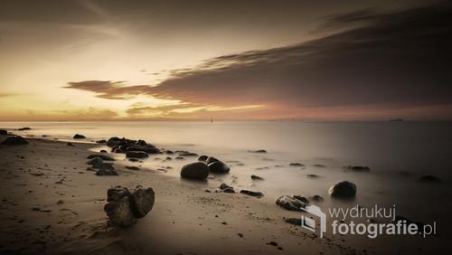 Sfotografowane przeze mnie miejsce to plaża za słynnym gdyńskim klifem. Wschodzące słońce pięknie zabarwiło niebo. Spektakl trwał krótko, ale udało mi się go utrwalić moim aparatem.
