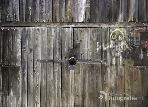Brama szopy na podwórzu jednej z kamienic na gdyńskim Oksywiu.