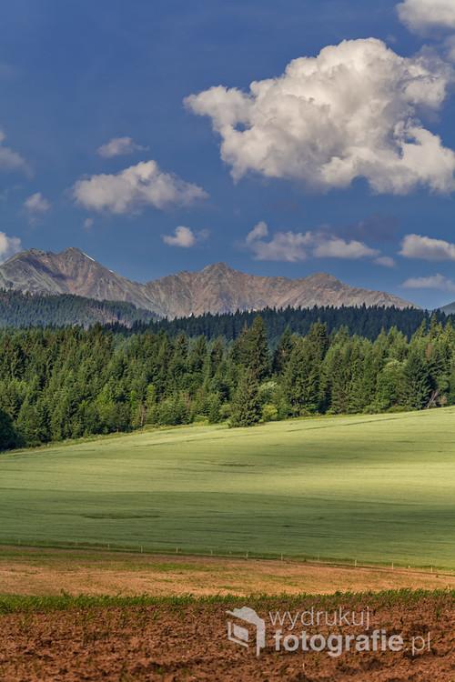 Tatry Zachodnie (Trzy Kopy, Rohacze) sfotografowane z okolic wsi Benusovce na słowackim Liptowie.