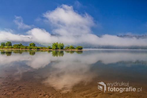 Poranne mgły nad Zalewem Czorsztyńskim.