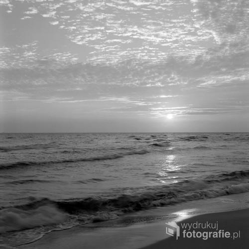 Lipiec 2019 Morze Bałtyckie  Fotografia wykonana o wschodzie słońca, analogowym średnioformatowym aparatem.