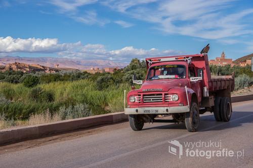 Stara ciężarówka w trasie