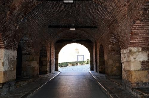 Przejście tunelem twierdzy w mieście Belgradzie stolicy Serbii