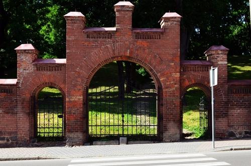 Brama na cmentarz w Barczewie