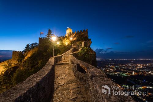 Zachód słońca w starej części Republiki San Marino, na fotografii warownia zwana pierwszą wieżą.