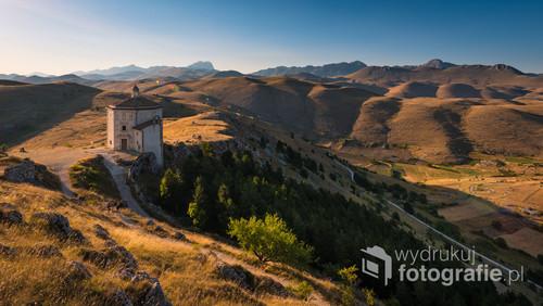 Kościół Matki Bożej Miłosierdzia zbudowany tuż obok twierdzy górskiej Rocca Calascio w prowincji L'Aquila w Abruzji. Na horyzoncie rozpościera się najwyższy masyw Włoskich Apeninów - Gran Sasso.