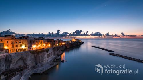 Wschód słońca w miejscowości założonej na końcu włoskiej ostrogi czyli Półwyspu Gargano. Na zdjęciu najstarsza część Vieste nazywana przez Włochów małym Neapolem.