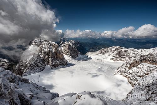 Zdjęcie wykonane z wierzchołka Hoher Dachstein najwyższego wzniesienia masywu Dachstein leżącego w Alpach Salzburskich. Na zdjęciu przedstawiam stronę ukazującą piękno lodowca Gosau .