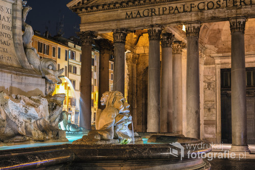 Panteon wraz z fontanną na Piazza della Rotonda - Rzym