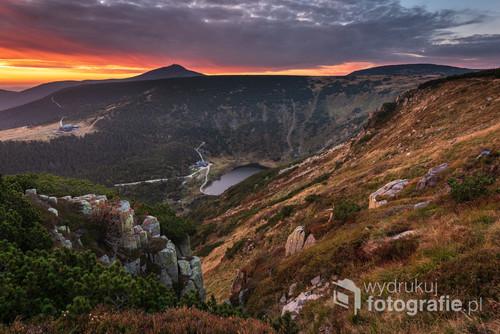 Wschód słońca nad Kotłem Małego Stawu w Karkonoszach