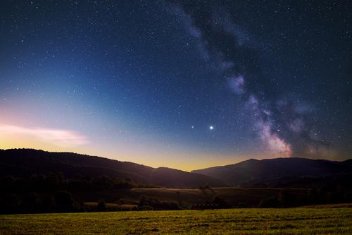 Uwielbiam spoglądać w niebie nocą, szczególnie w Bieszczadach! To jedno z najciemniejszych miejsc w kraju, co bardzo sprzyja obserwacji gwiazd.