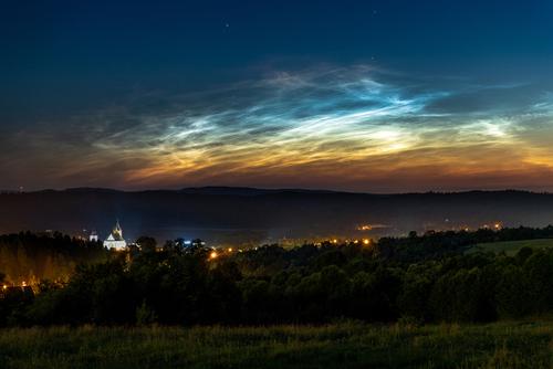 Obłoki srebrzyste to wyjątkowe zjawisko, polarne chmury mezosferyczne a więc znajdujące się około 75-85 kilometrów ponad powierzchnią naszej planety, czyli wielokrotnie wyżej niż gdy lecimy samolotem! Obłoki srebrzyste, które widzisz na moim zdjęciu górują nad Leskiem, urokliwym miasteczkiem na podkarpaciu,