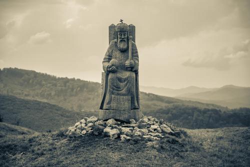 Bela IV (1206-1270, Król Węgier. Drewniana rzeźba upiększająca miejsce, na którym kiedyś stał duży zamek, a obecnie pozostały po nim jedynie zarysy murów i jego niewielkie, odrestaurowane fragmenty. To ruiny zamku Pusty Hrad (Pusty Zamek), na Słowacji.