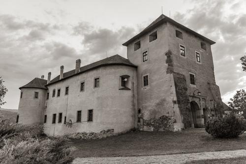 Słowacja - Zamek w mieście Zvolen. Korzystając z wolnego czasu i braku spacerowiczów znalazłem ujęcie, które odbiega o tych, które często można zobaczyć na fotografiach. Starałem się tą fotografią przenieść w czasie i zapomnieć o miejskim zgiełku.