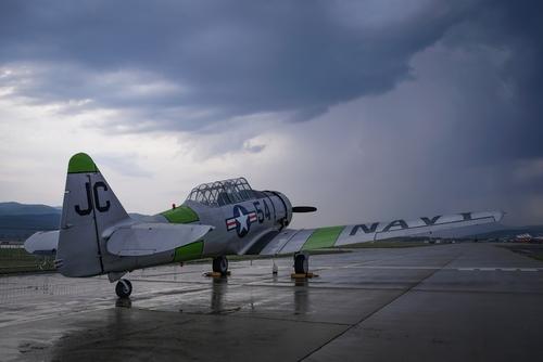 North American T-6 Texan stojący na lotnisku Sliač na Słowacji. Pokazy lotnicze się już zakończyły, a bardzo silna burza przegoniła widzów, Texan stał osamotniony.
