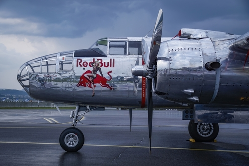 Lockheed P-38 Lightning z logo Red Bull, należący do floty The Flying Bulls na lotnisku Sliač. P-38 brał udział w dynamicznych pokazach lotniczych podczas SIAF na Słowacji. Niezwykły widok tworzyło polerowane aluminium, w którym odbijało się burzowe niebo