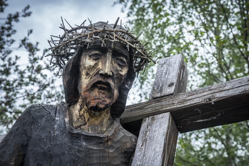 Piękna rzeźba Chrystusa na Drodze Krzyżowej Nowego Życia w Zagórzu.