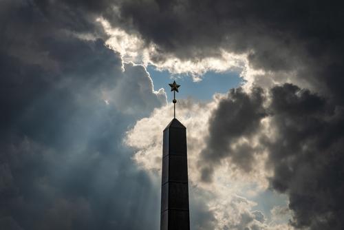 Słowacja, Bańska Bystrzyca - Kolumna na cześć Armii Radzieckiej stojąca w centrum miasta, na placu SNP. Czasu na zrobienie tego zdjęcia było bardzo mało. Pogoda się zmieniała, zbierały się ciężkie, burzowe chmury, w których zrobiło się na chwilę małe okienko, a w tym okienku pojawiła się kolumna z radziecką gwiazdą, klimatu dopełniają promienie Słońca.