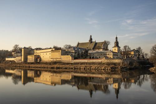 Jeden z najbardziej znanych widoków Krakowa, jednak niezbyt często występuje takie połączenie światła zachodzącego Słońca, błękitu nieba i pięknego odbicia w wodzie.