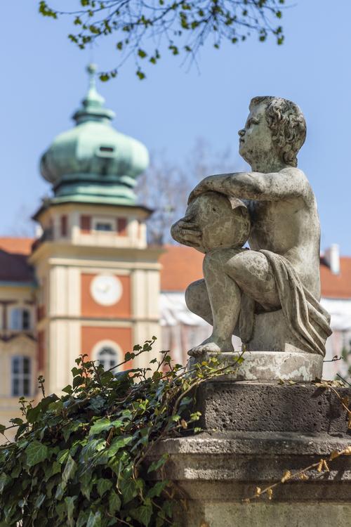 Zamek w Łańcucie - Rzeźba przy wejściu do zamku. Bardzo dobre światło skłaniało do znalezienia właściwego ujęcia.
