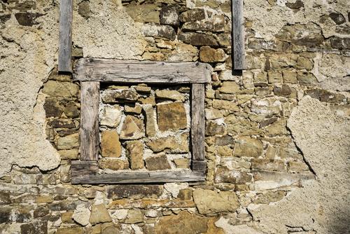 Słowacja - Vrbov. Odpadający tynk odsłonił strukturę starej ściany z elementami drewnianymi. Być może ściana ta pamięta okres Średniowiecza