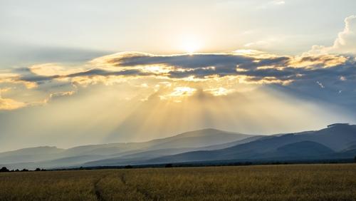 Słowacja - Promienie Słońca oświetlają pola uprawne i góry w regionie, który nazywa się Zemplin.