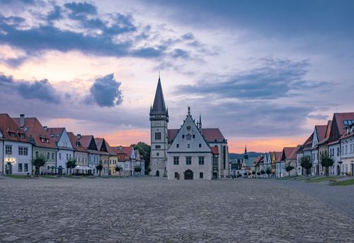 Słowacja - Gra świateł podczas zachodu Słońca nad najpiękniejszym rynkiem Słowacji, wpisanym na listę UNESCO.