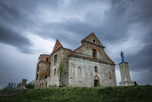 Klasztor Karmelitów bosych w Zagórzu. Ruiny, które moim zdaniem potrzebują właściwej oprawy aby ukazać swoje piękno. W tym przypadku oprawę stanowiły odpowiednio ułożone chmury, widok ten nie trwał jednak długo.