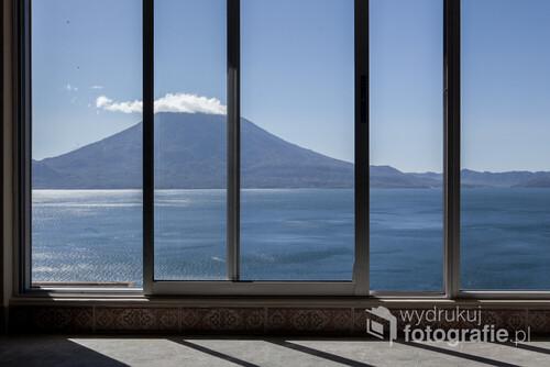 Jezioro Atitlán, widok przez okno.