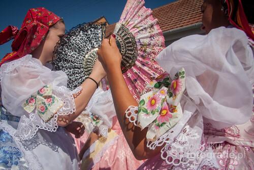 Zdjęcie przedstawia młode kobiety w tradycyjnych strojach z Čejkovic, podczas jednej z wielu imprez ludowych organizowanych na Morawach.