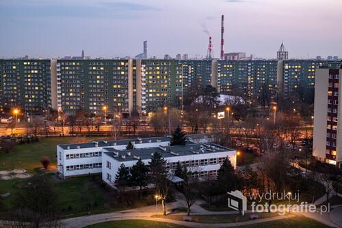 Widok z jednego z bloków przy ulicy Żmigrodzkiej, na osiedle